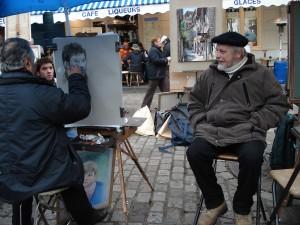 Piirtäjä työssään taiteilijoiden aukiolla