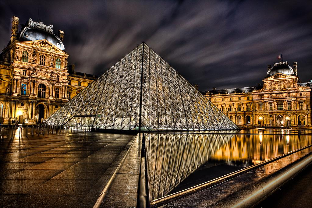 Louvren taidemuseon sisäänkäynti- Ion Ming Pein lasipyramidi, Pariisi, Ranska