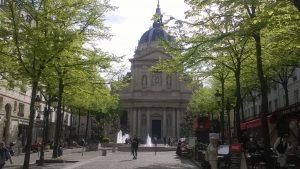 La chapelle de la Sorbonne et les cafés de la place