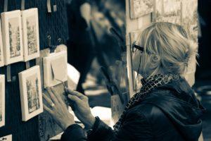Piirtäjä työssään taiteilijoiden aukiolla Montmartrella Pariisissa