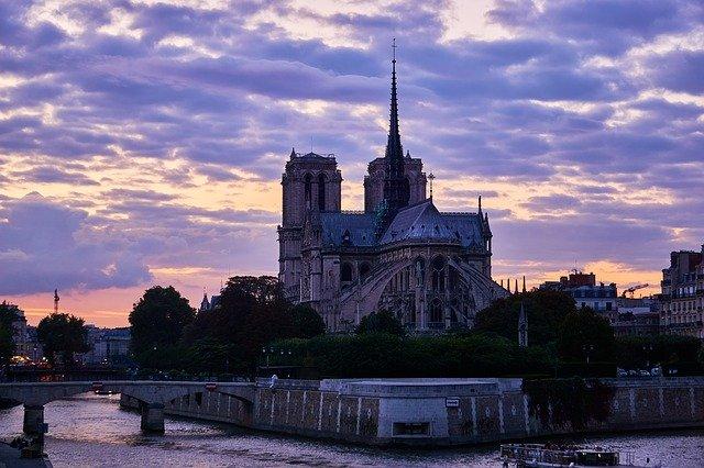 Ile de la Cité ja Notre Damen Katedraali ilta taivaan alla