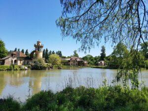 Kävely luonnonhelmassa Kuningattaren mökkikylässä Versaillesissa