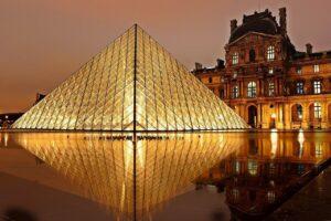 Musée du Louvre ja sen pääsisäänkäynti Pariisi