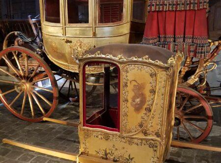 Yksityisoppaan johdolla tutustu Versaillesin hevos-ja vaunutalleihin